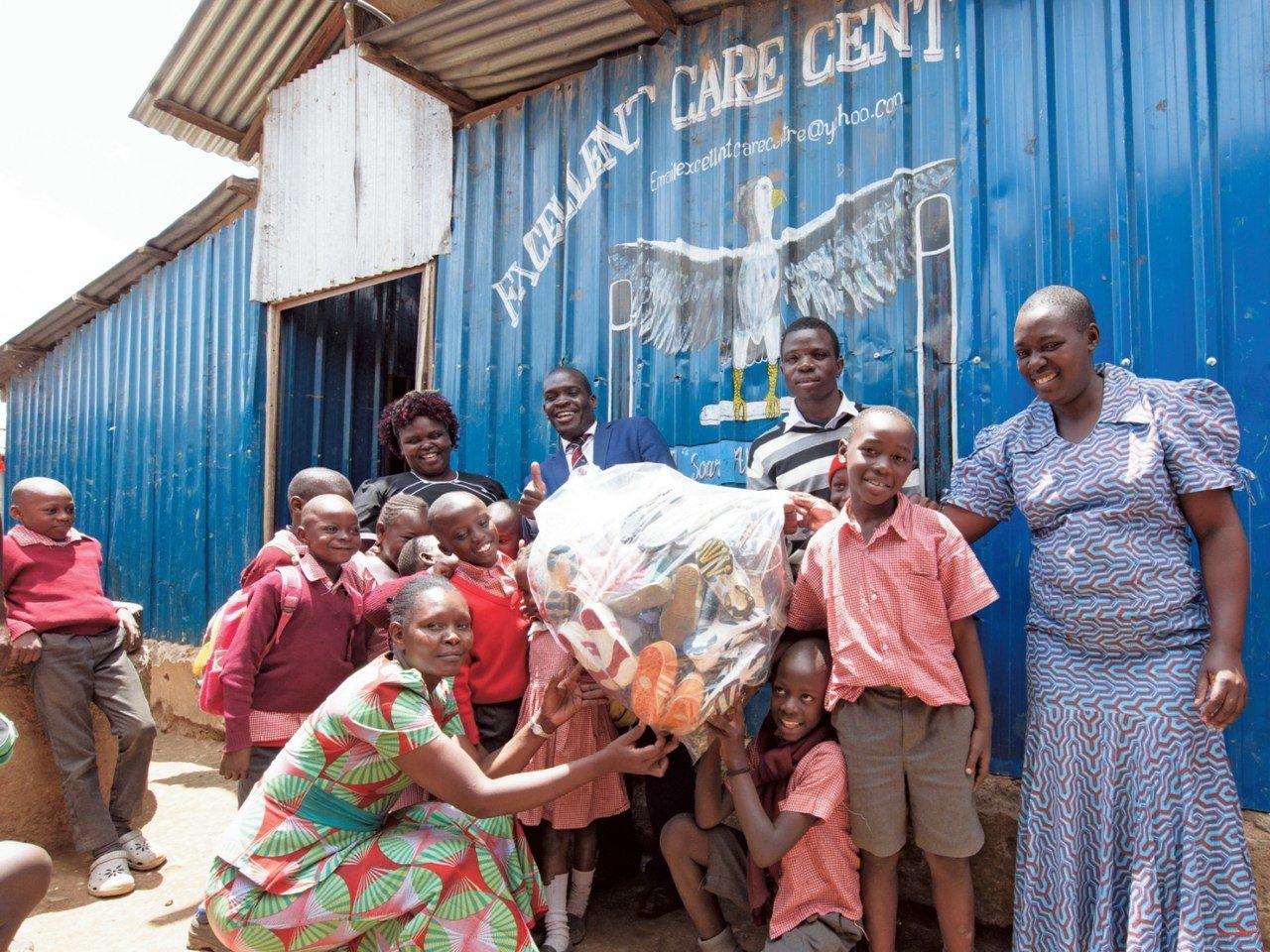 段ボールで250箱分のシューズが、ケニア・ナイロビに到着。