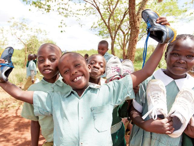 歴史の中で、貧困層が生まれた背景も。小学校の子どもにシューズを寄贈。