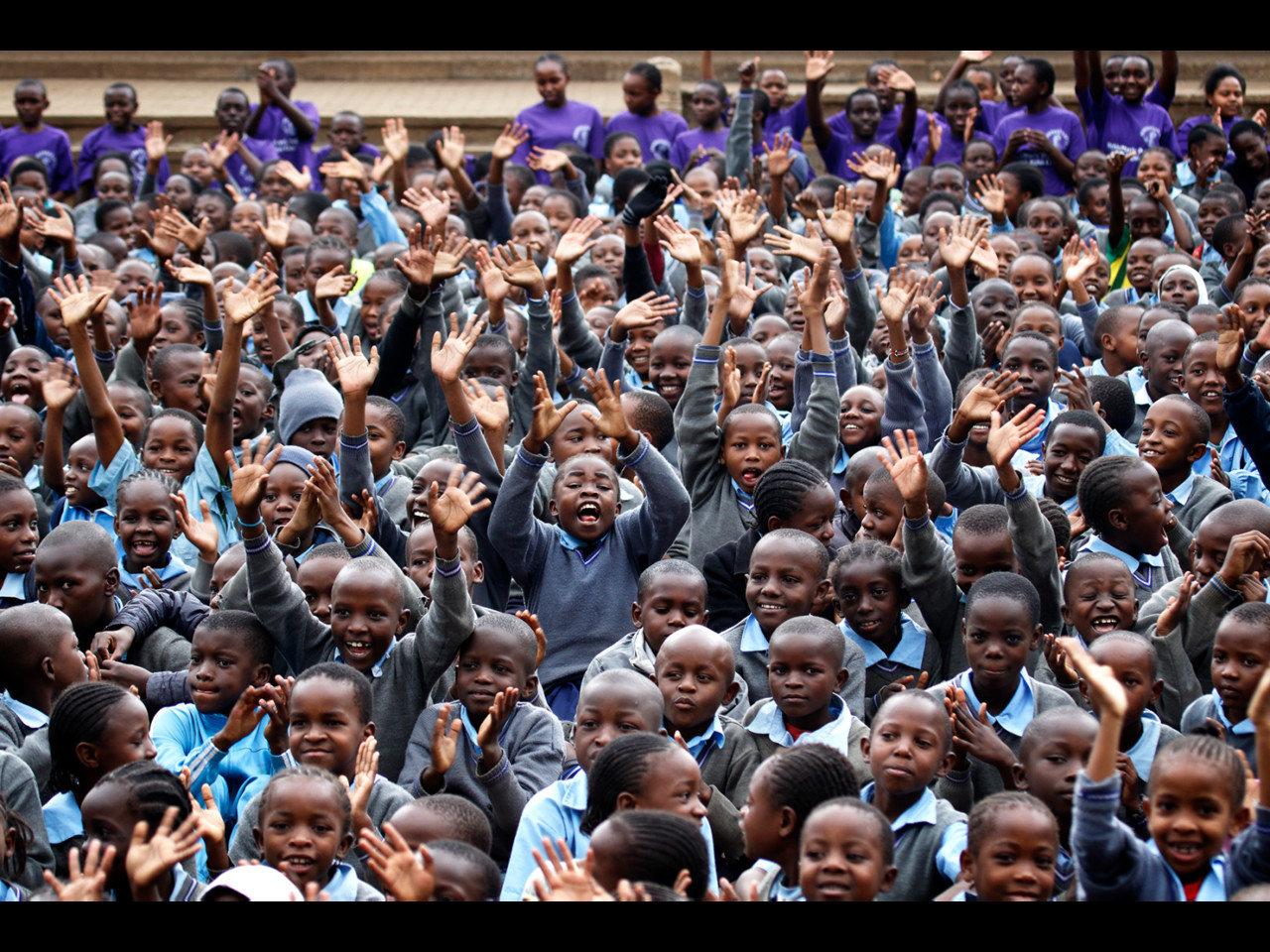 ナイロビ郊外のスラム街にある小学校でシューズ寄贈を実施。1700人の笑顔と会えました。