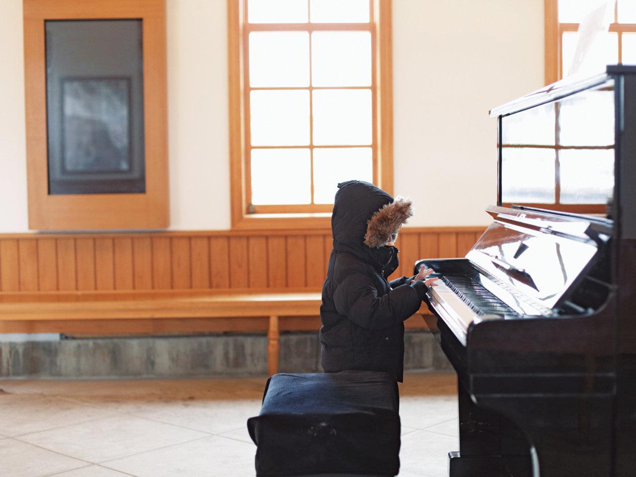 待合室にはピアノがあります。平城京の端っこにある、京終の駅舎カフェ『ハテノミドリ』。