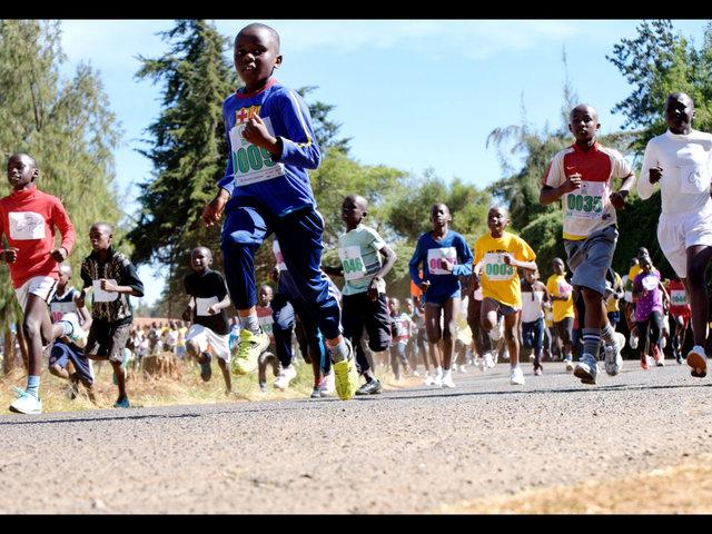 ケニアでランニングイベントを開催。シューズを受け取った子どもたちが、夢に向かって走りました。