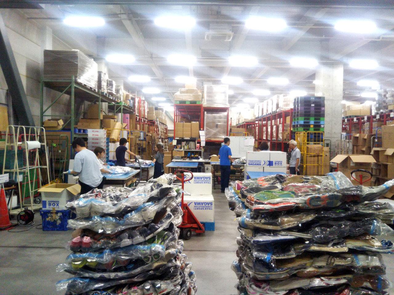日本全国から集まったシューズは、倉庫でまとめられ、コンテナ船で出航します。