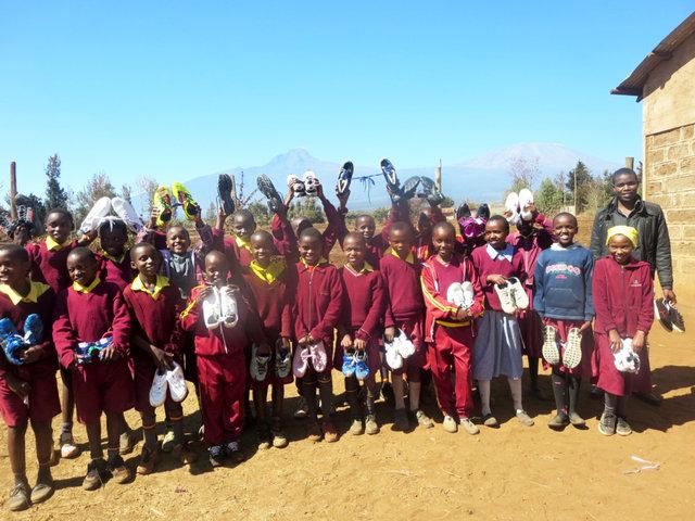 地方の学校や、スラムの子どもたち、難病を抱える子どもたちに、一足一足、シューズを贈りました。