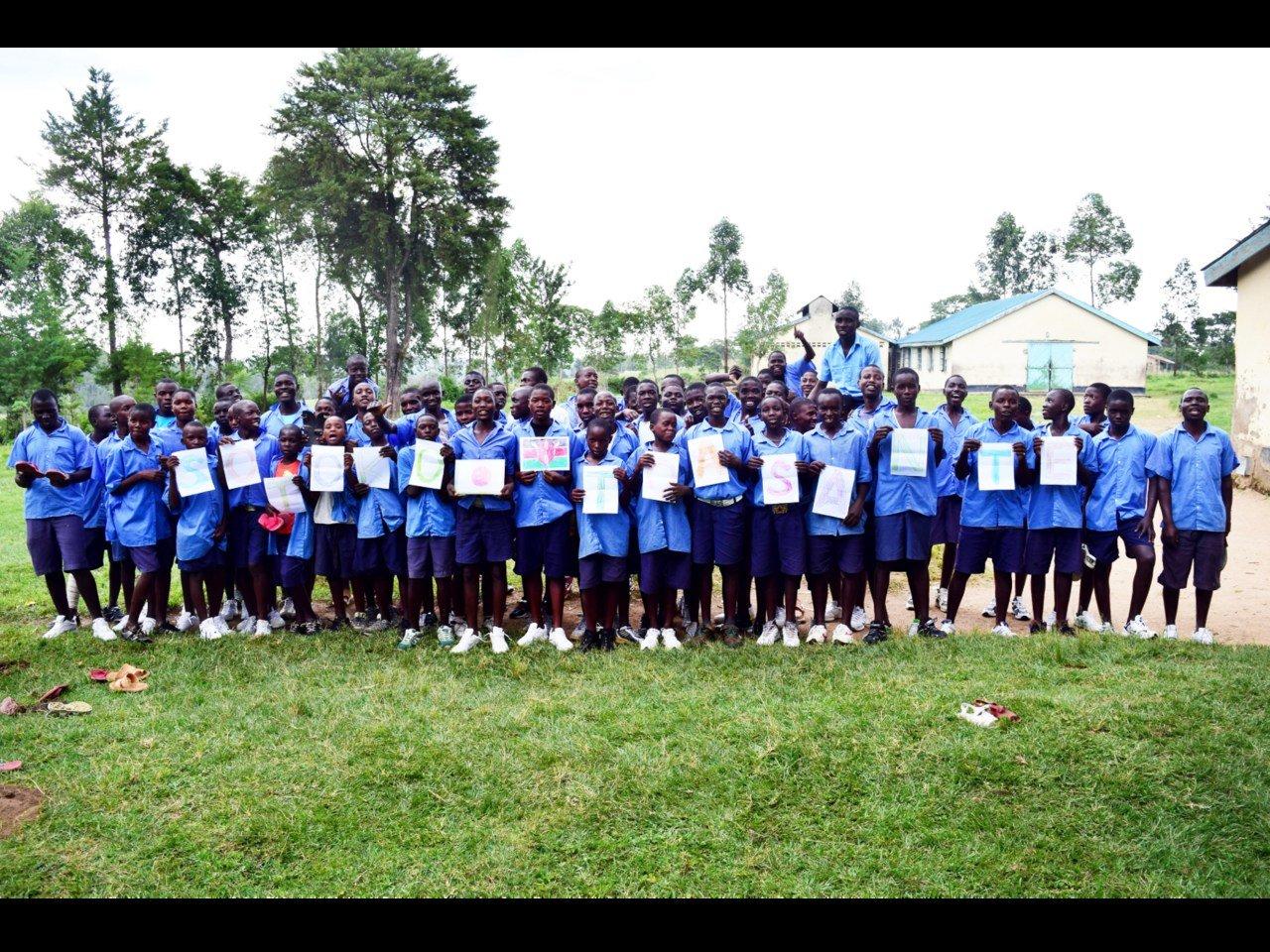 更生学校や、障がいのある子どもが通う学校で、シューズを寄贈。みんなが笑顔で、大喜びでした。