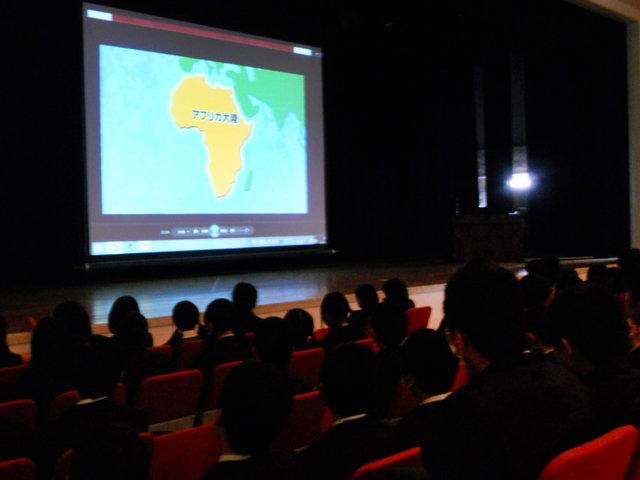 シューズ回収に協力してくれる人たち、シューズをアフリカへ送るため心をこめて作業をしてくれる人たち