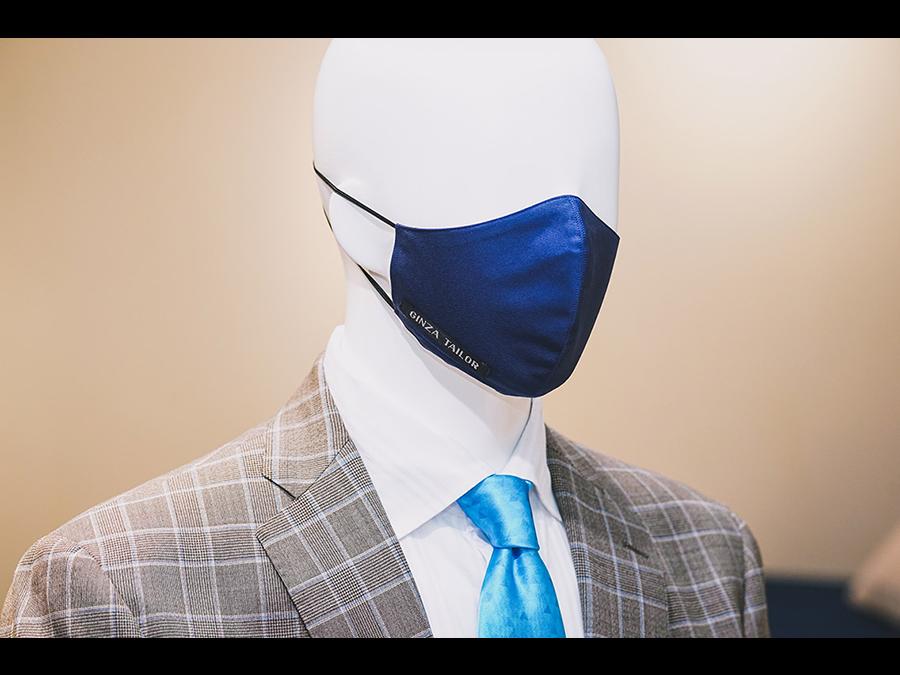 テーラーリング技術を活かし、一点ずつ職人が製作した快適なフィット感と美しいフォルムのマスク。