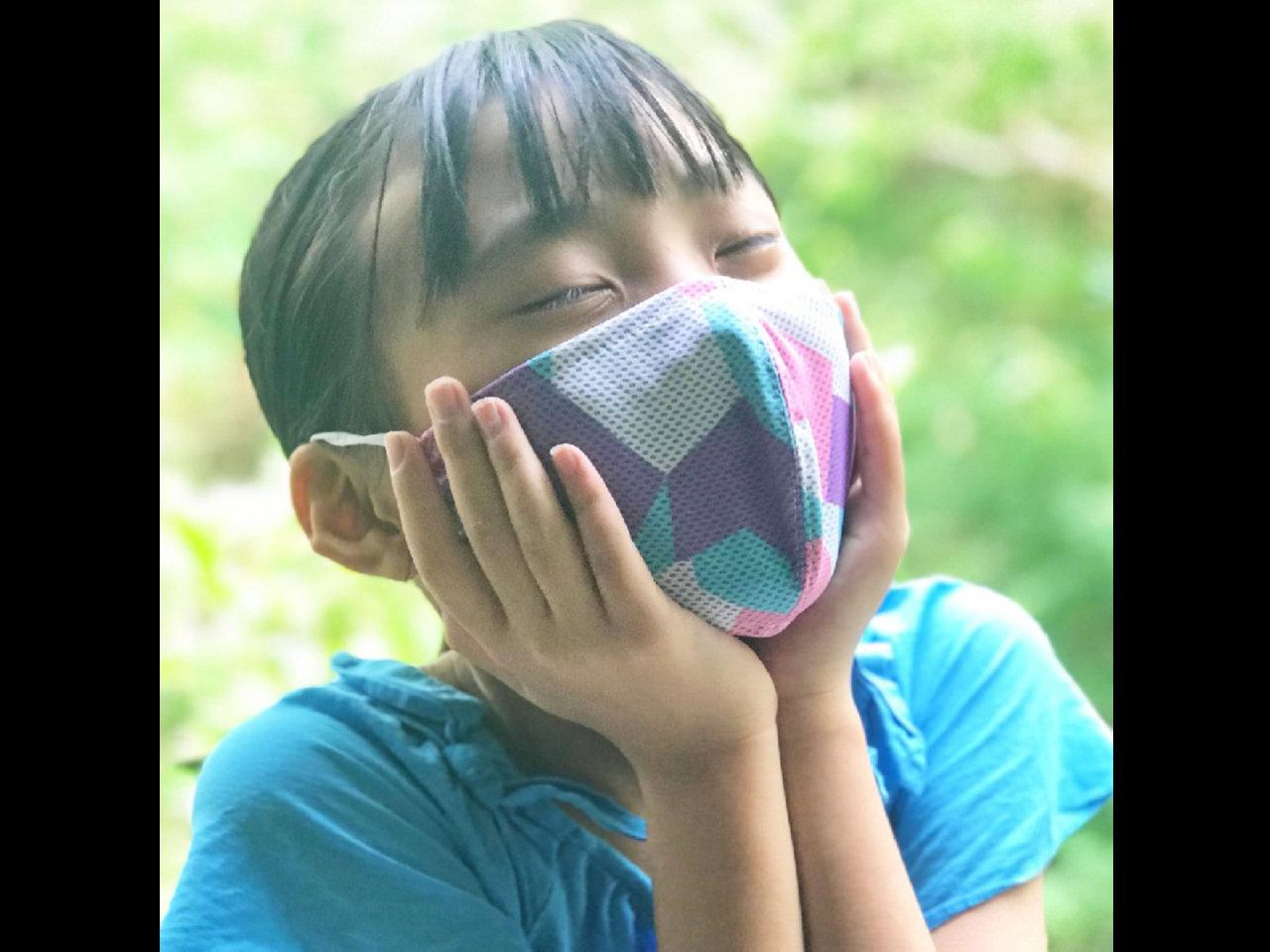 暑さ対策として水に濡らして絞るだけでひんやり涼しい冷感マスクを2枚セットで販売です。