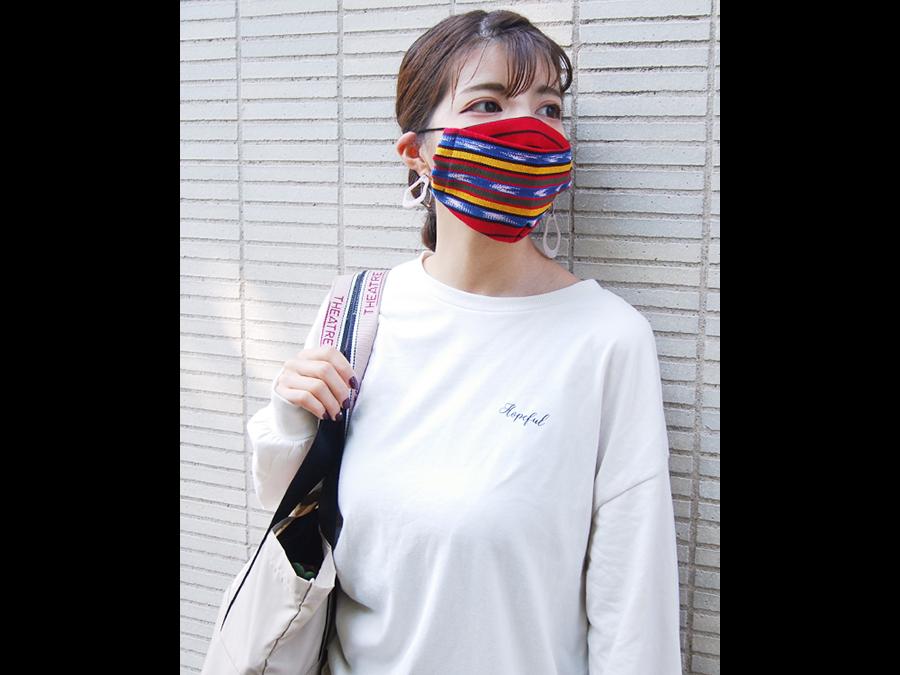 """冬の肌対策として注目の保湿効果の高い「うるおい保湿マスク""""」が1枚990円で数量限定発売中。"""