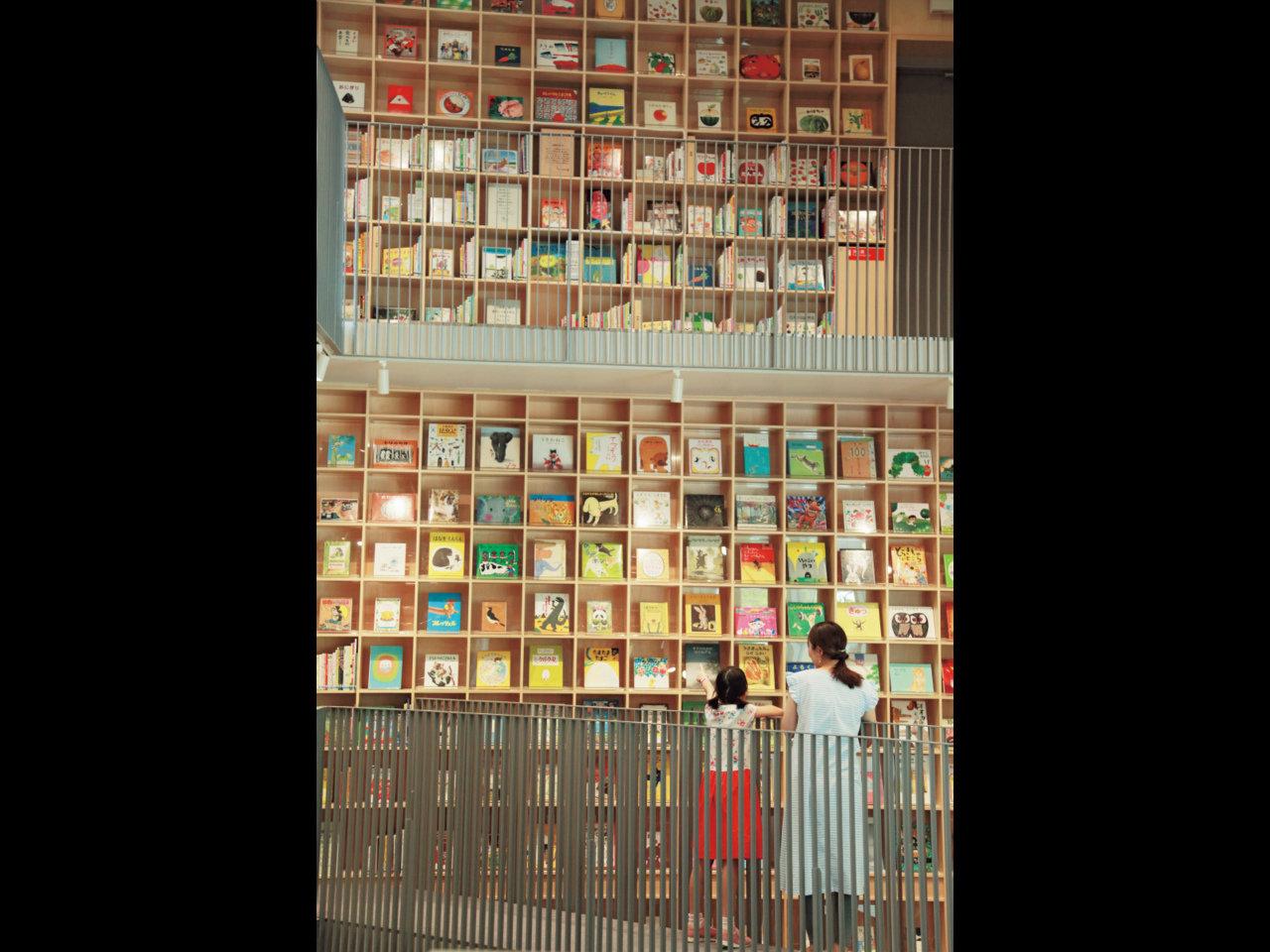 子どもたちは自力で本を探します、『こども本の森