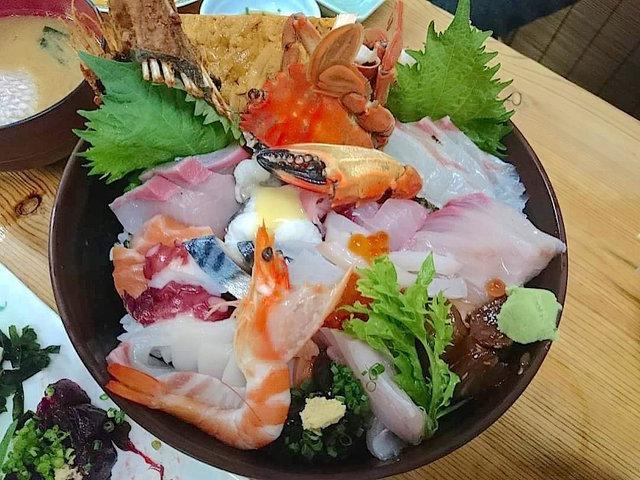 刺し盛り?いえ、海鮮丼です。 下関の奇跡「おかもと丼」