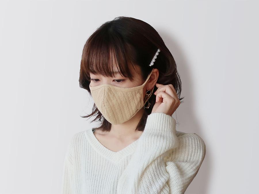服とのコーディネートを楽しめるニット素材。冬の新作「立体ニットマスク」登場。1枚880円。