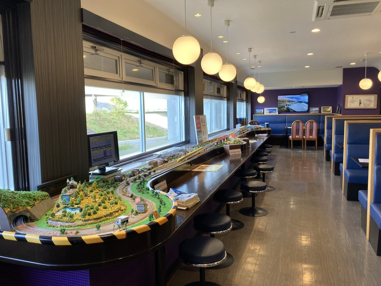 今はなき新幹線食堂車を再現したサービスエリアのレストラン。新幹線を眺めながらの食事は大興奮!