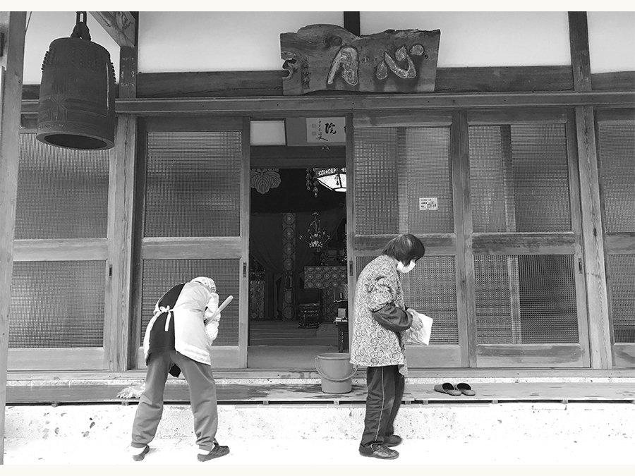 思い出のお寺を掃除する朝