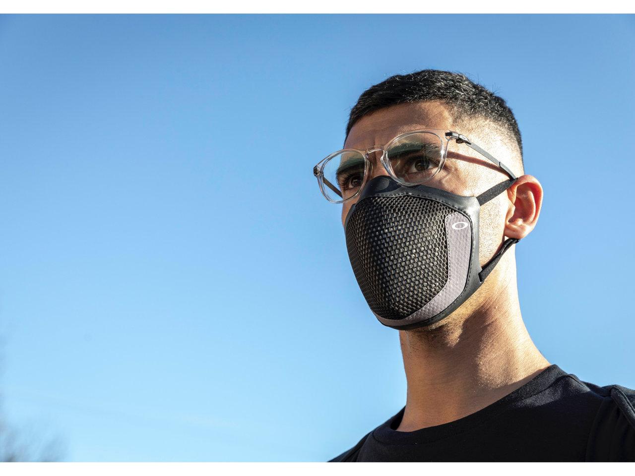 オークリーがアイウェア着用時も顔にぴったりフィットするマスク「MSK3」を発売