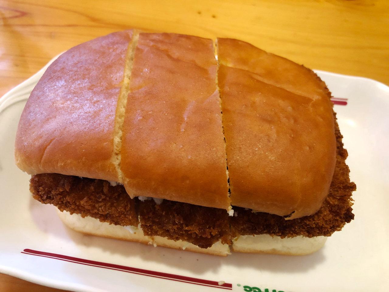 気軽に食べに行けるローカル飯。名古屋の味をパンで挟んだコメダ珈琲店の「みそカツパン」