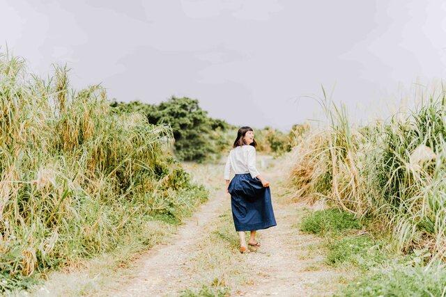 旅をする久留米絣・紺色のスカート
