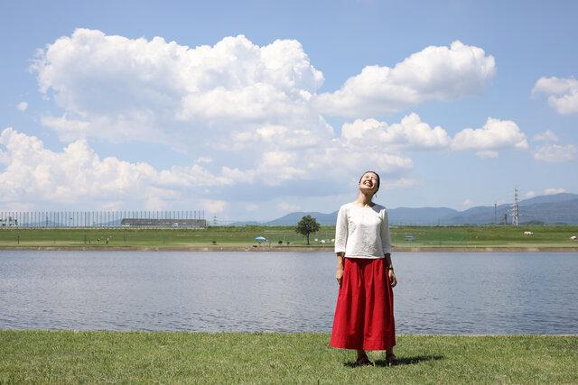 絣の赤いスカートを履いた小倉さん