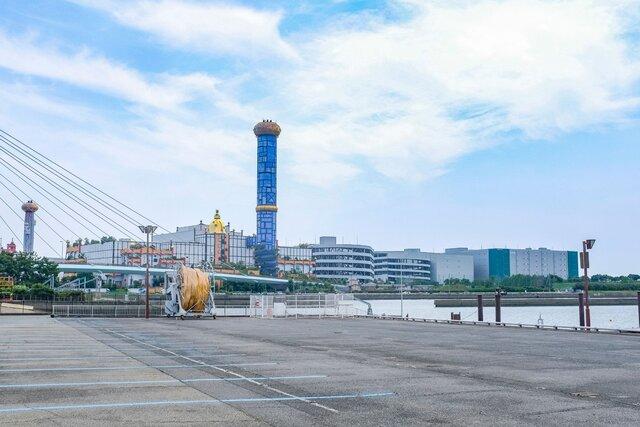 大阪北港マリーナからのぞむフンデルトヴァッサーの舞洲工場と舞洲スラッジセンター。手前の青い煙突があるのがスラッジセンターで、奥の煙突のが舞洲工場。