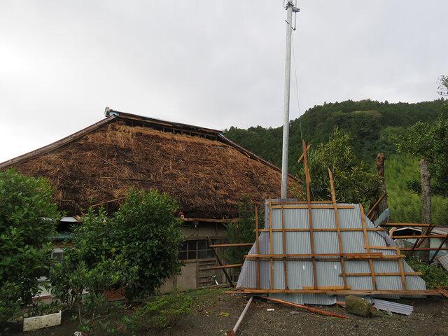 台風で飛ばされた古民家の屋根