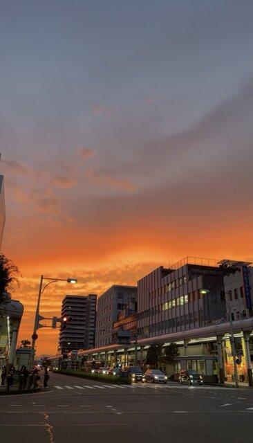 空の青さと真っ赤な夕焼けがとても綺麗な新潟の美しい夕陽