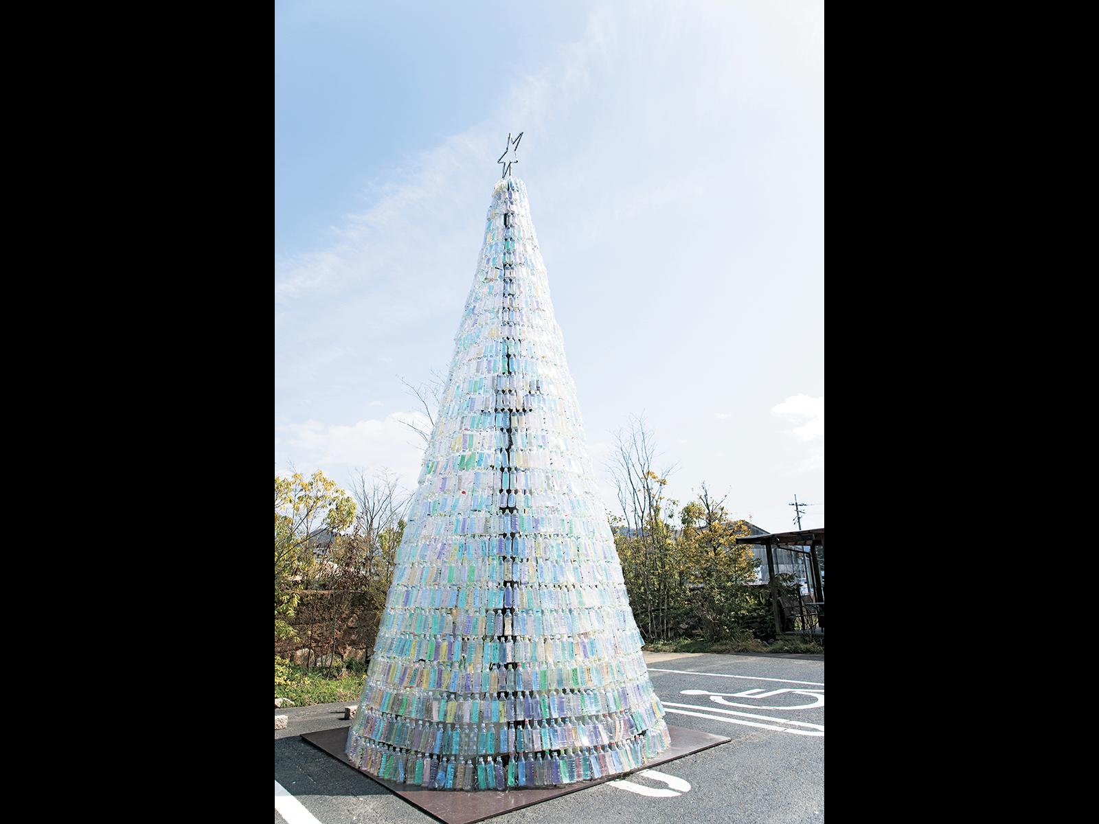 『真庭あぐりガーデン』のペットボトルでできたクリスマスツリー。一本一本に参加者のSDGs宣言が書かれている。