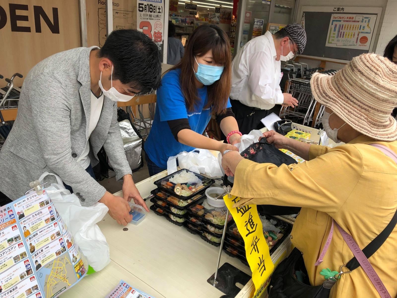 地域のスーパーで周辺店舗のテイクアウト商品販売会を実施
