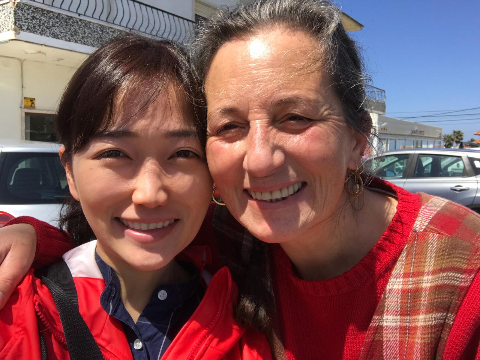 大塚さんがポルトガルでボランティアをしていた際、お世話になった女性と一緒に映った写真
