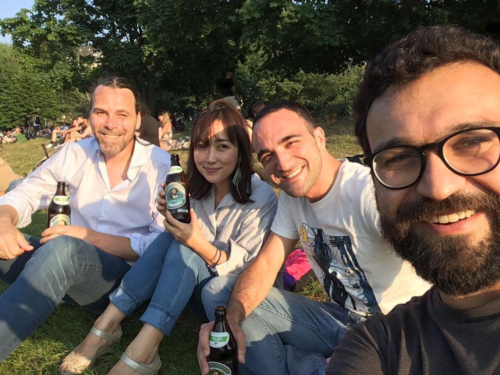 ドイツのベルリンで出会った仲間たちと川辺で過ごす写真