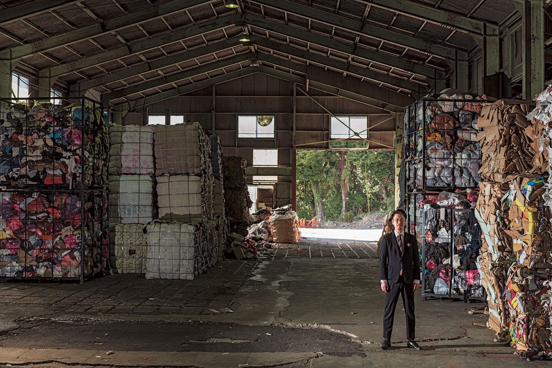 回収した古紙、古着、ダンボールなど、種類ごとに分けて、それぞれ必要とする再生業者へ卸す。古着は東南アジアへ輸出される。