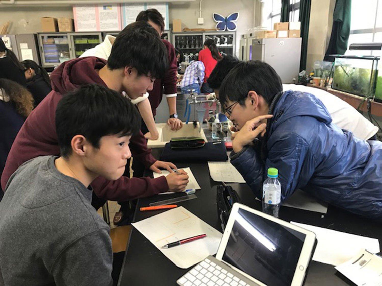 「やりたい」で集まった18校(約100名)の生徒たちと、「アースデイ東京」に出展するための打ち合わせ風景。