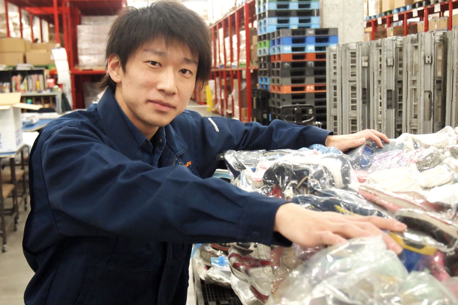 倉庫作業をしてくれている『フジライン』社員の須崎洋光さん。