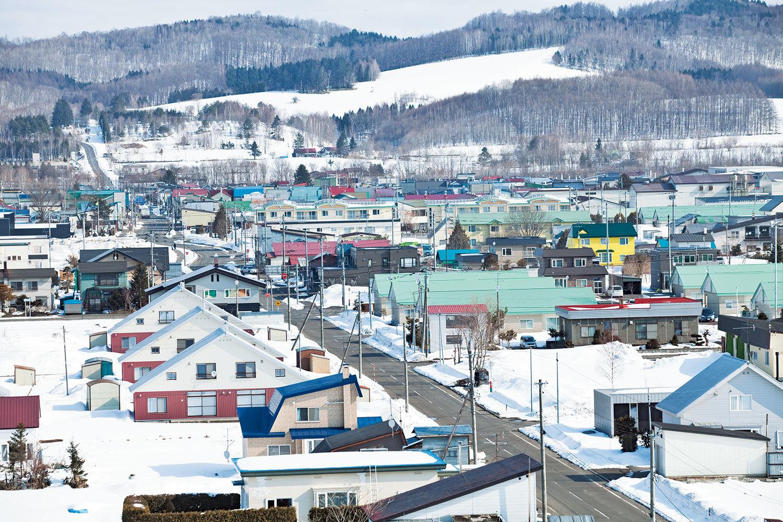 なだらかな山に囲まれた、人口約3300人の下川町。SDGsに限らず、これまでにもさまざまな取り組みを行ってきた。