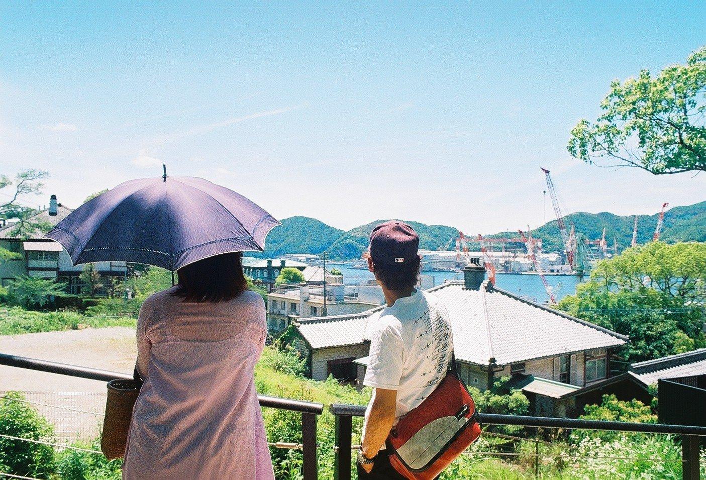 町を眺める田川夫婦