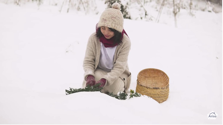 YouTubeチャンネルの動画「【雪国手料理】天然冷蔵庫が甘くした雪下南瓜のサラダと秋鮭のケール包み|ASMR」のシーンにて