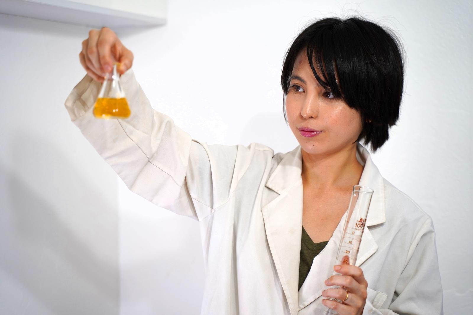 柴田さんがお菓子作りをしている様子