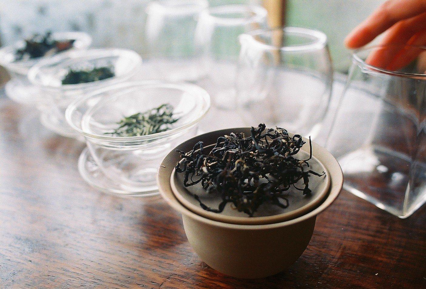 並ぶ茶器と茶葉