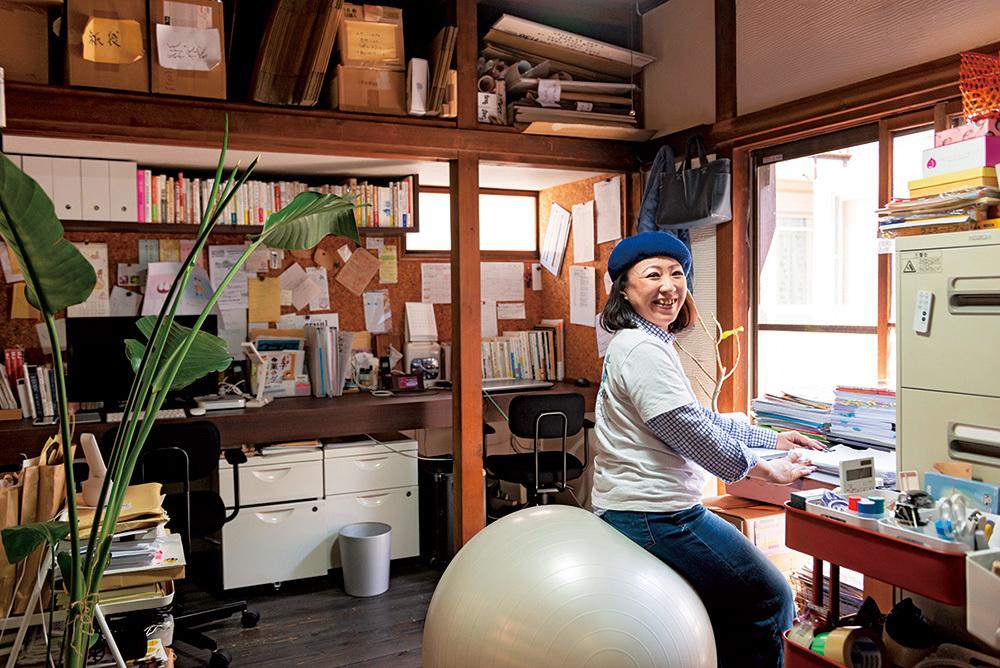 『センジュ出版』の事務所。もともとアパートだった建物の間取りを活かし、事務所とカフェが並ぶ。最初はカフェも含め一人で対応していたが、現在はスタッフが4人に。