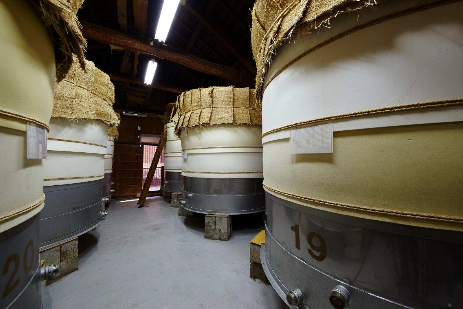 蔵の中には、発酵中のお酢の樽がずらりと並ぶ。