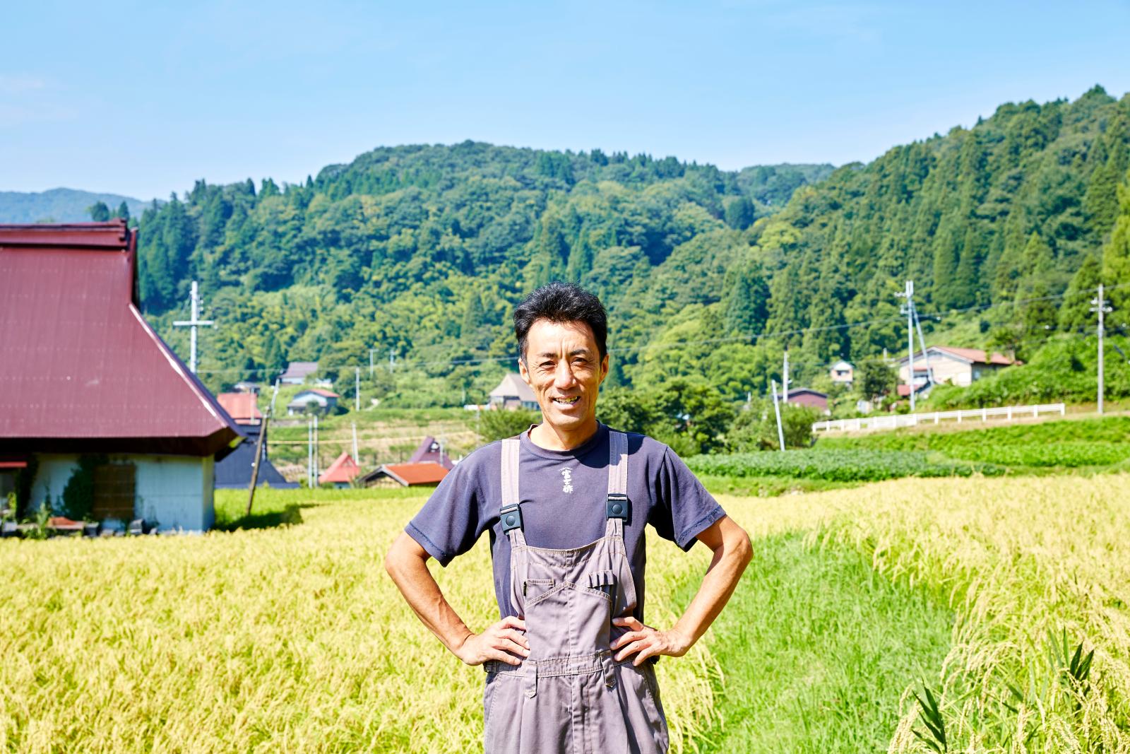 飯尾さんの家業『飯尾醸造』は、宮津で100年以上も続く老舗のお酢蔵。蔵の中には、発酵中のお酢の樽がずらりと並ぶ。蓋を開けてみると、発酵していることを示す酢酸膜が。