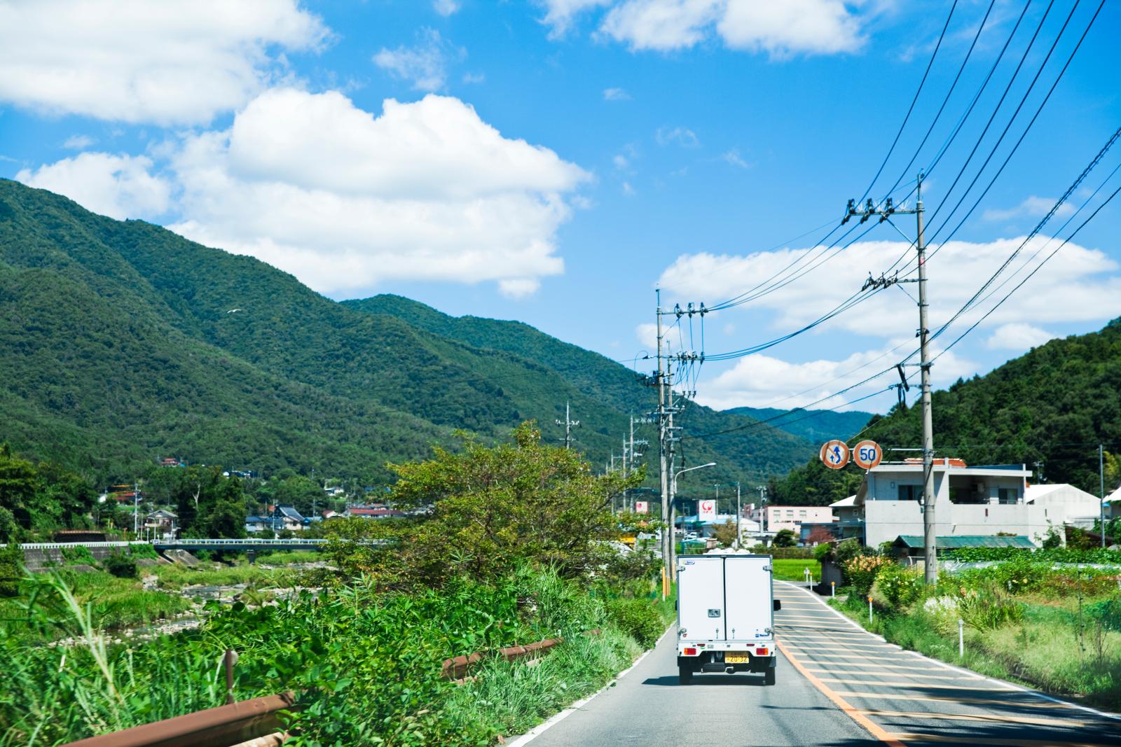 ジビエを仕入れるべく、解体処理場がある東広島市へ向け車を走らせる。30分ほど走ると、景色は山ばかりに。