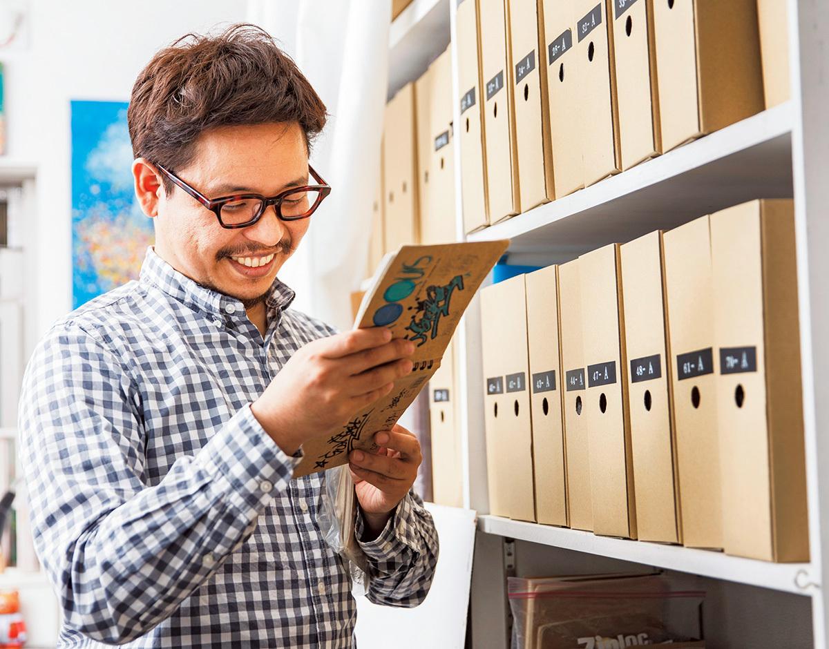 手帳類収集家・志良堂正史さん。数が増えたため、現在は買い取りではなく寄贈によって手帳を収集している。
