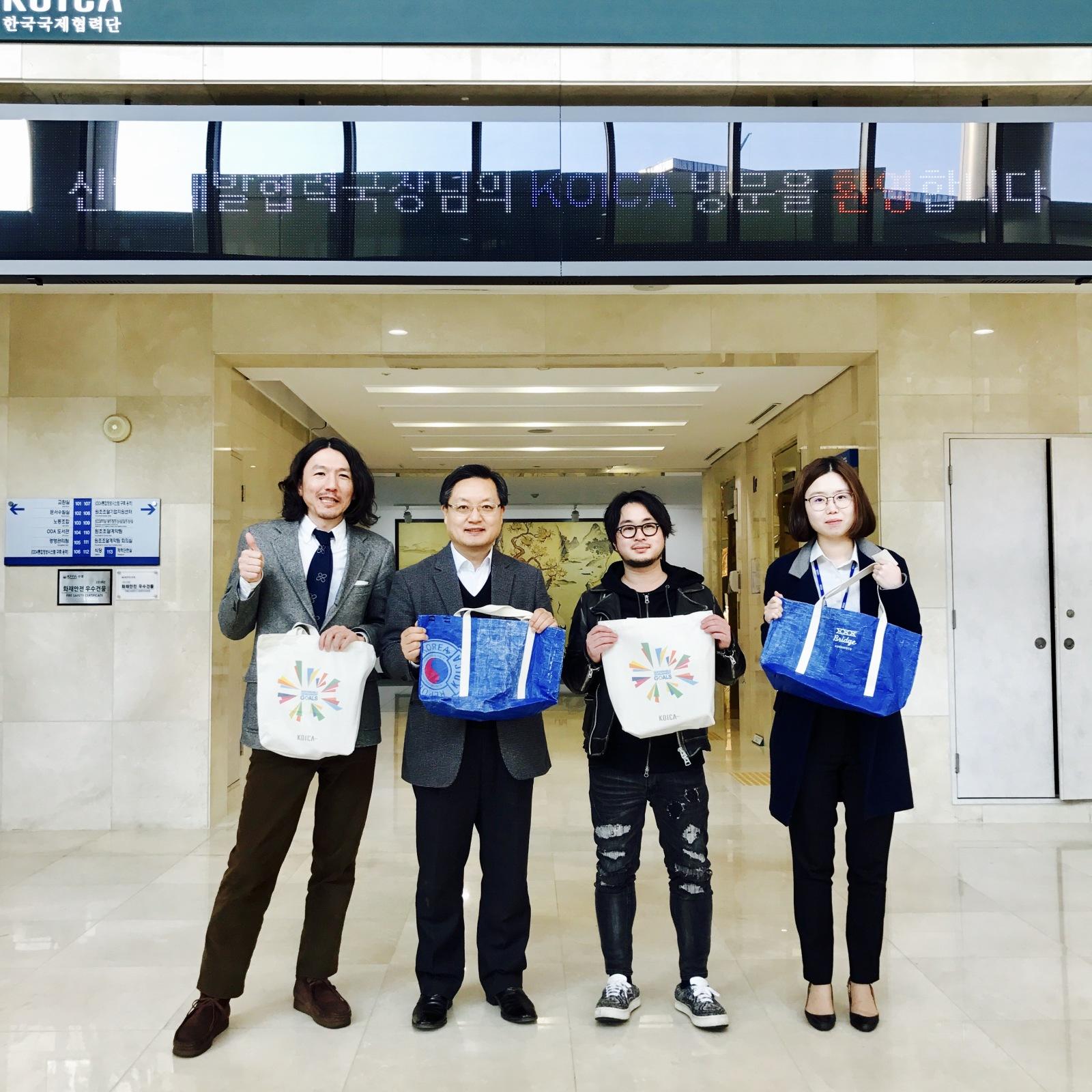 韓国から支援でいただいたブルーシートを用いた『BLUE SEED BAG』を寄贈しに韓国を訪れた際の写真