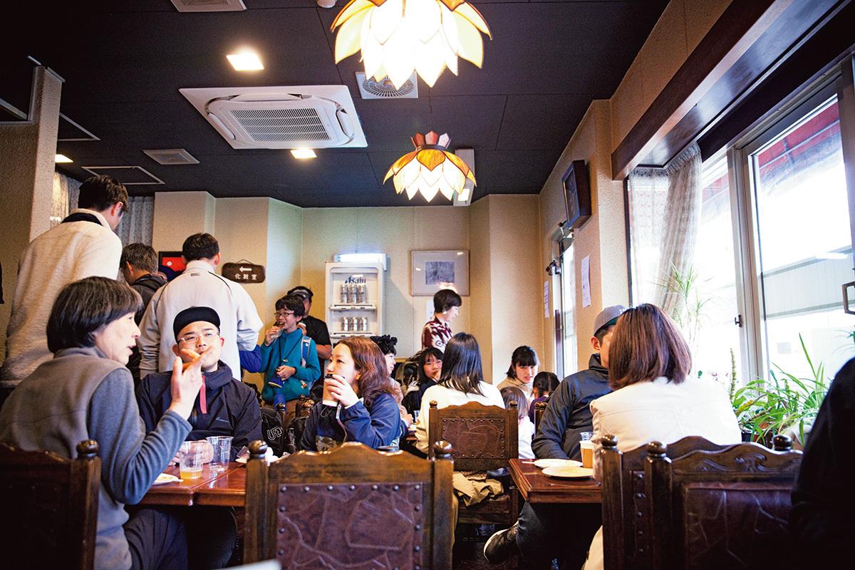 JR高尾駅前の元・喫茶店でビールスタンドを開いた際の様子。クラフトビールを通して、人のつながりとカルチャーを生み出したいという池田さん。毎月開催することで、地域内外の人が集う場ができつつある。