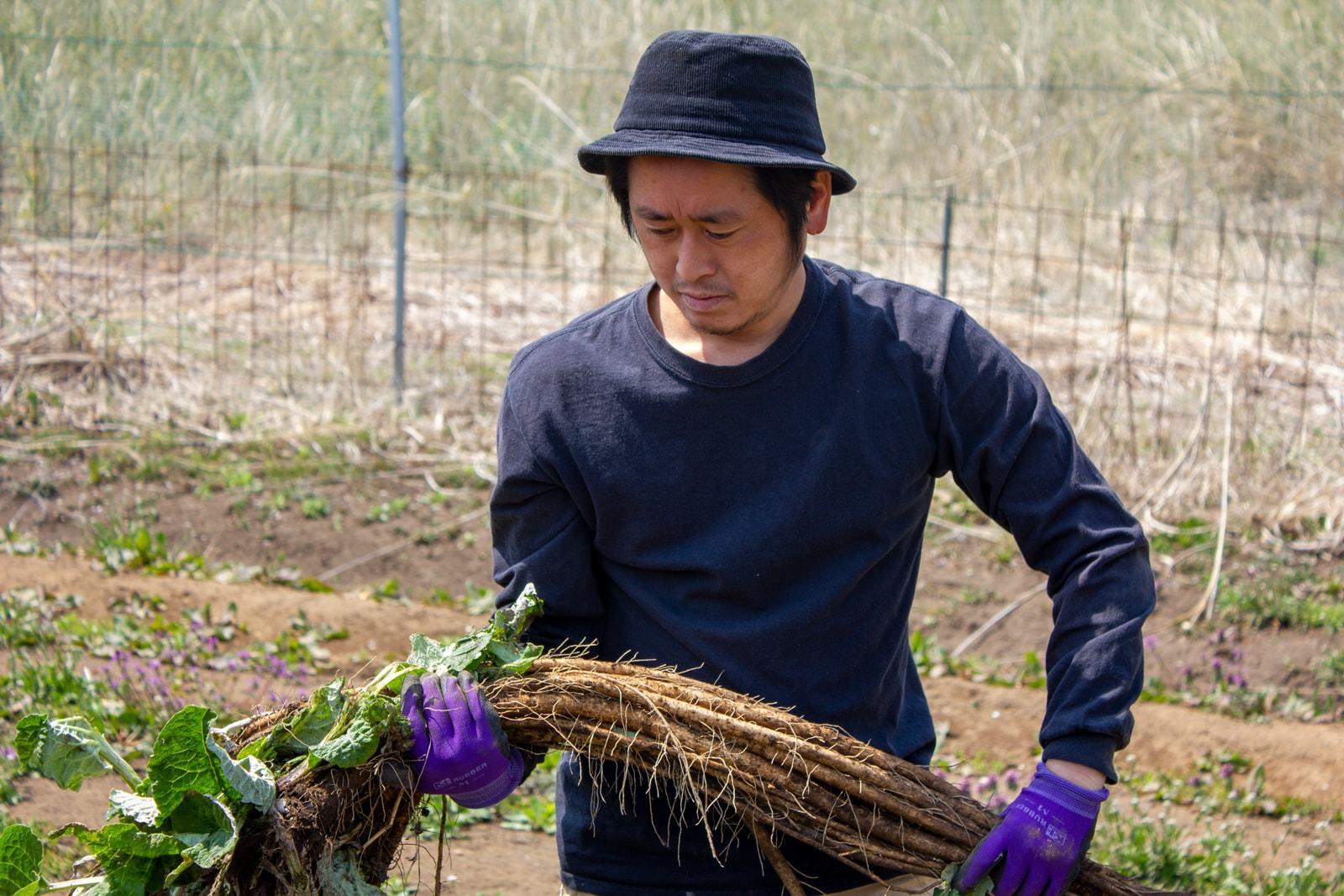 阿久津さん。この日はごぼうを掘ってました。