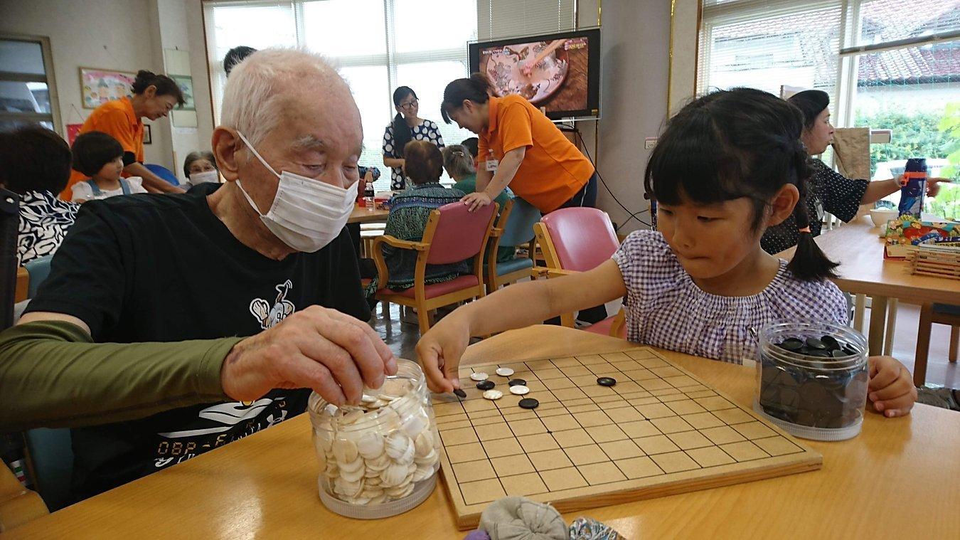 イベントで交流する子どもと高齢者