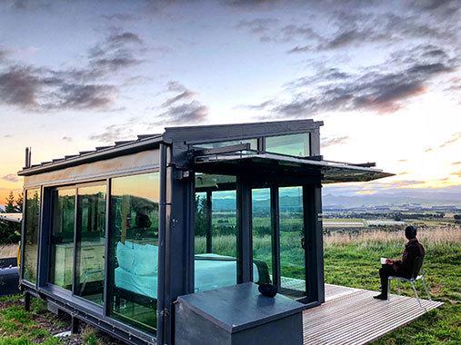 ニュージーランドで見つけた、天井、壁、床すべてがガラス張りという究極の「Tiny House」。電力はソーラーパネル、お湯・コンロ・暖房はバイオ燃料。水は地下水で、排水は独立型バイオ式と、完全オフグリッド。構造上、テントよりも大地への負荷が小さいという。