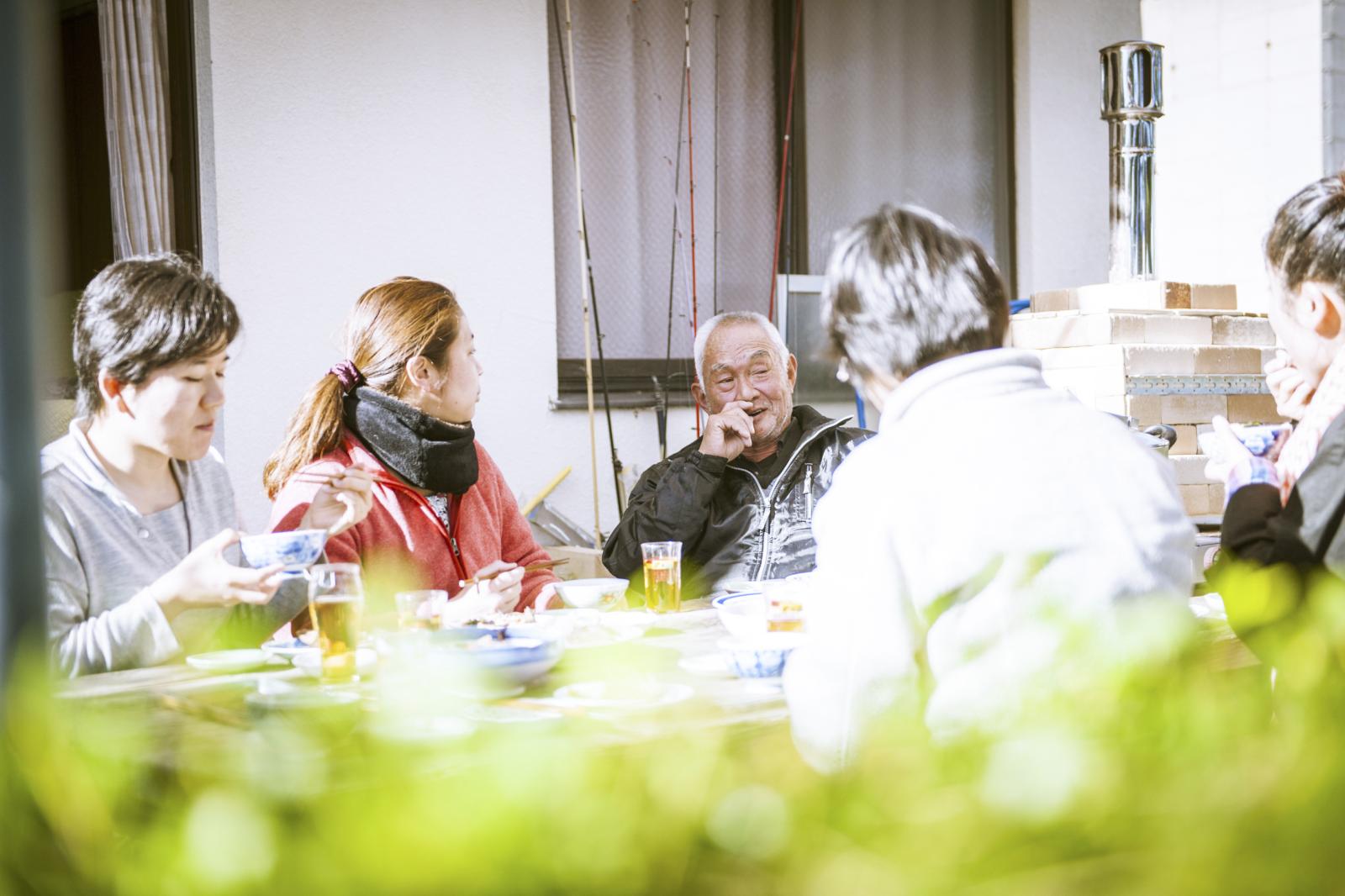 「電気の家」の庭には、いつでも客人をもてなすことができるように、大きなテーブルと椅子、さらにはピザ窯が設置されている。