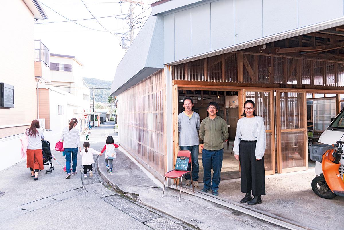 「HAPPY TURN/神津島」の新しい拠点のオープン準備を進める、飯島知代さん、中村圭さん、小林正吾郎さん。学校帰りの小学生が立ち寄り、黒板を書くなど、オープン前から風通しがいい場所だ。