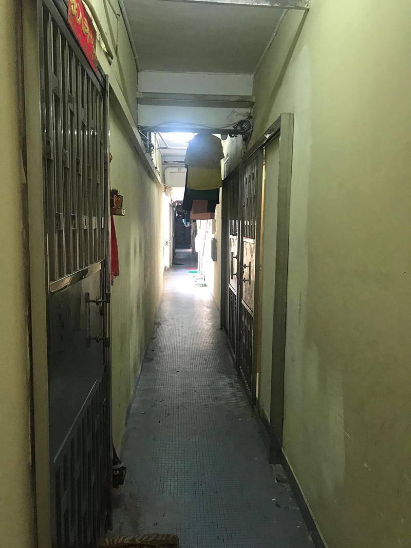 内見した物件の狭い廊下。