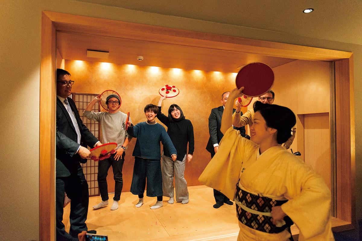 地元の知る人ぞ知るバーで芸妓さんと踊る『秋刀魚』編集部一行。